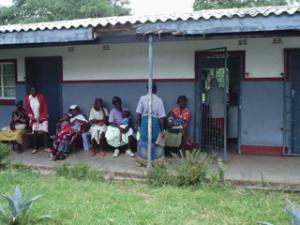 pazienti in attesa ambulatorio Mtange